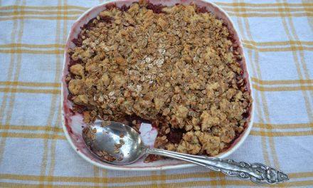 Crumble cu prune şi nectarine