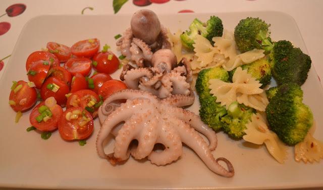Pui de caracatiţă cu salată de broccoli şi roşii cherry