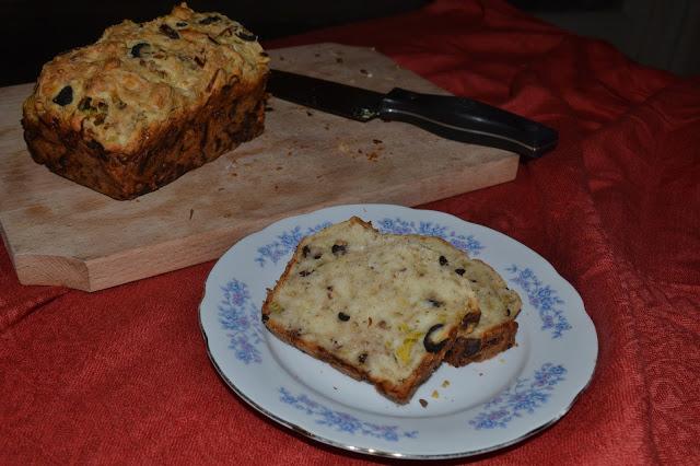 Pâine cu ton, praz şi măsline