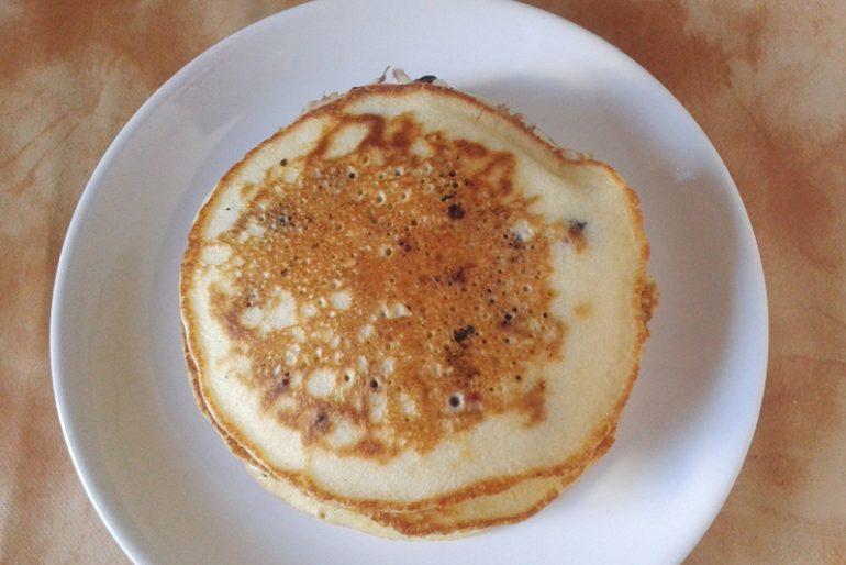Pancakes cu afine şi caramel