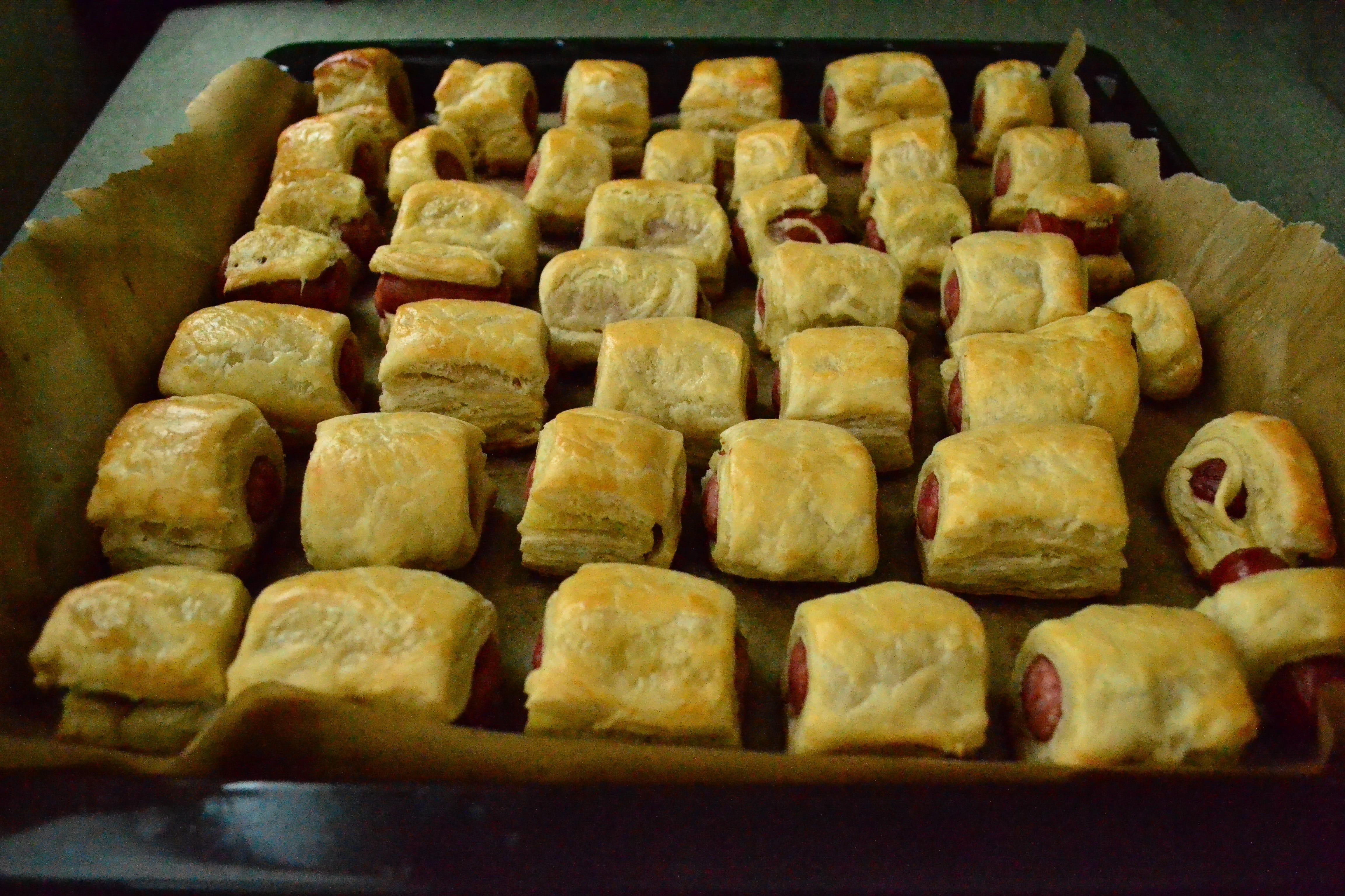 Cârnăciori în foietaj (Pigs in a blanket)