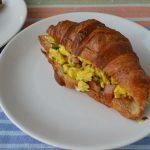 Sandvici croissant cu ouă jumări
