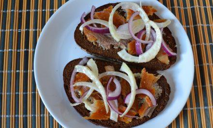 Sandvici cu peşte afumat, fenicul şi ceapă roşie